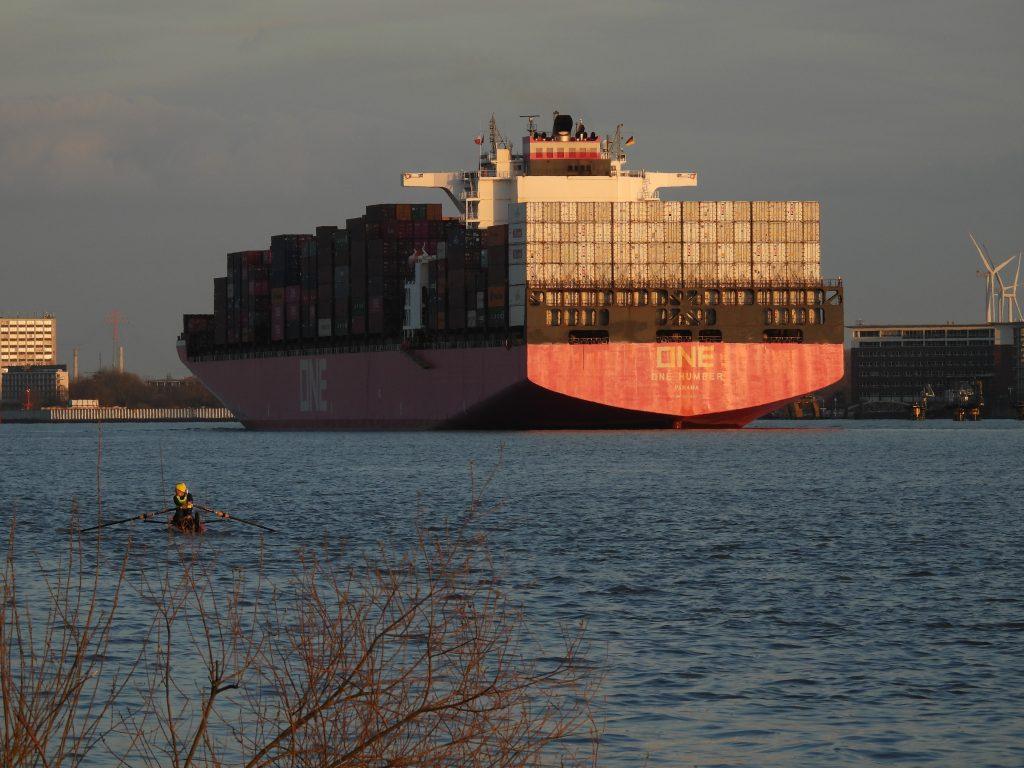 """Vollgepackt mit Containern fährt der Großfrachter """"One Humber"""" auf der Elbe am Flugzeuwerk von Airbus vorbei"""