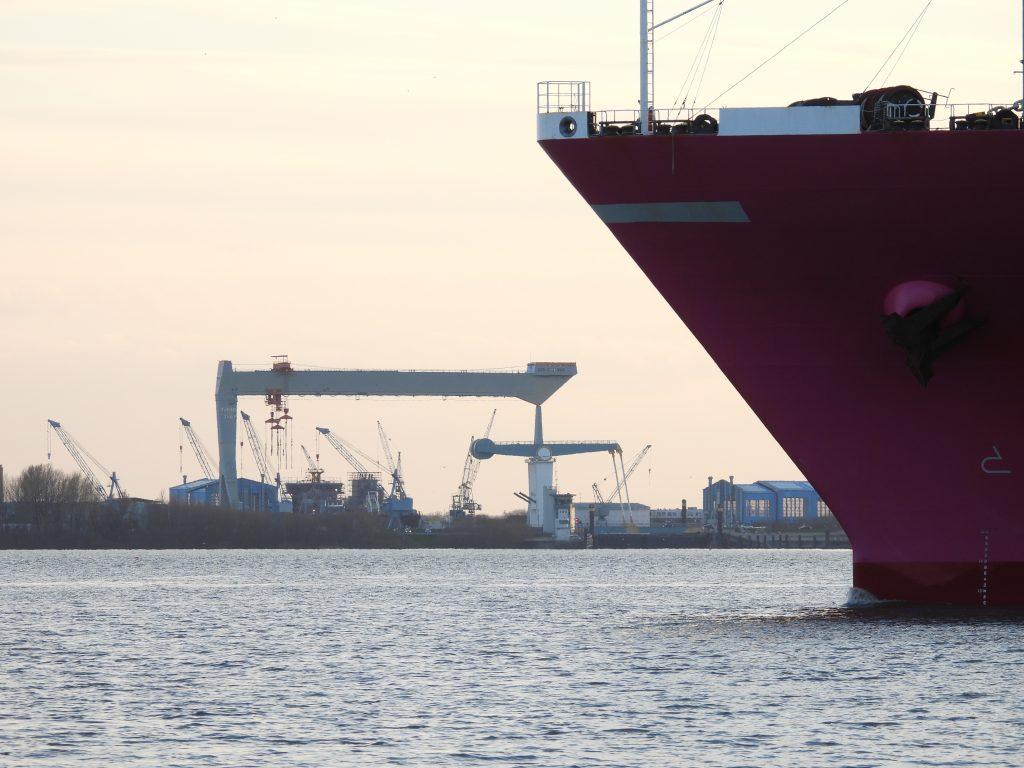 """Der Bug des Großfrachters """"ONE Humber """" schiebt sich auf der Elbe in Richtung Hafen Hamburg"""