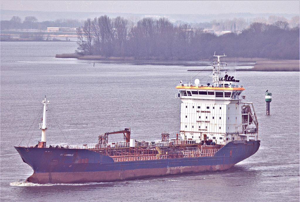 Der kleine Öl- und Chemietanker St. Marseille fährt die Elbe vor Blankenese hoch in Richtung Hamburger Hafen