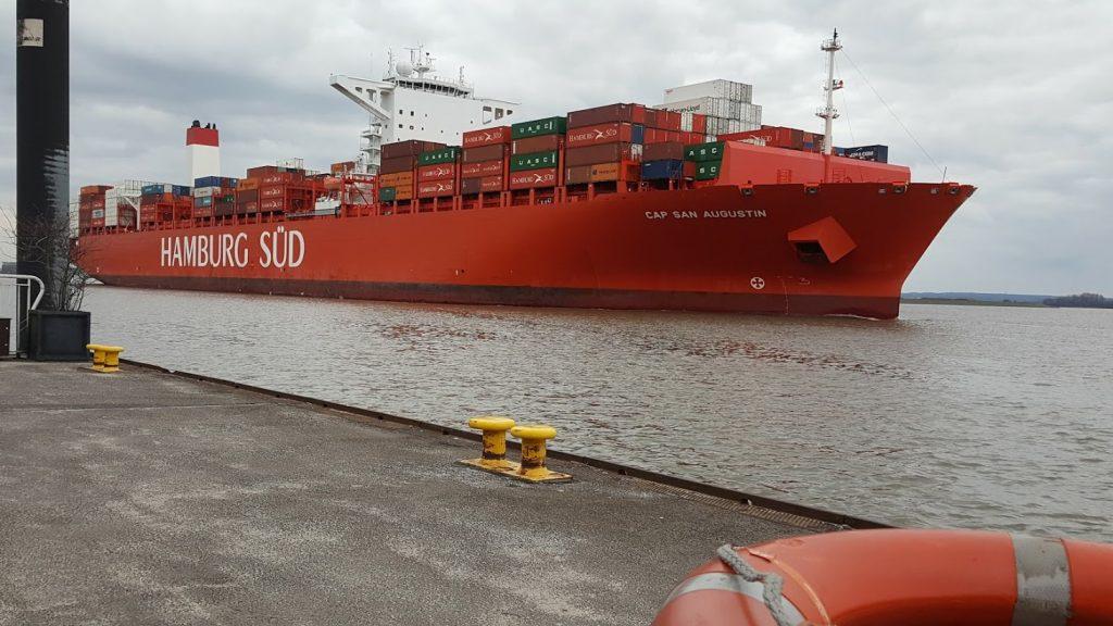 Die Cap San Diego der Reederei fährt fährt Richtung Südamerika an Blankenese vorbei