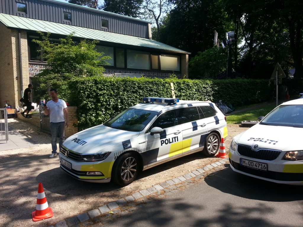 Filmlocation Siebenbuchen in Blankenese - ein dänisches Polizeiauto steht vor dem Drehort